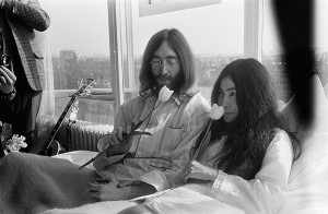 Bed-In_for_Peace,_Amsterdam_1969_-_John_Lennon_&_Yoko_Ono_02